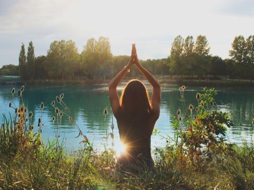 Yin Yoga für einen entspannten Schlaf - auf Triviar
