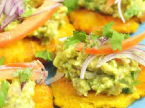 Patacones mit Guacamole und Chili Aioli - auf Triviar
